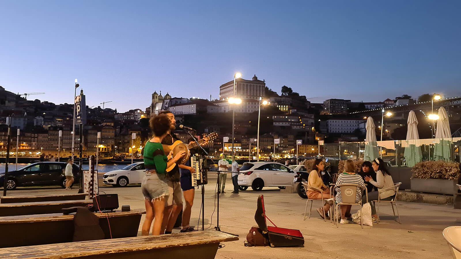 In der Nähe des Cais de Gaia (Gaias Kai), nur einen Steinwurf vom World of Wine Museum entfernt und direkt in einer Ansammlung von Portweinkellern gelegen, bietet dieses Apartment mit zwei Schlafzimmern und ausreichend Liegeplätzen für sechs Personen ein umfassendes Erlebnis in der portugiesischen Kultur Wein und jahrhundertealte Traditionen der Region.